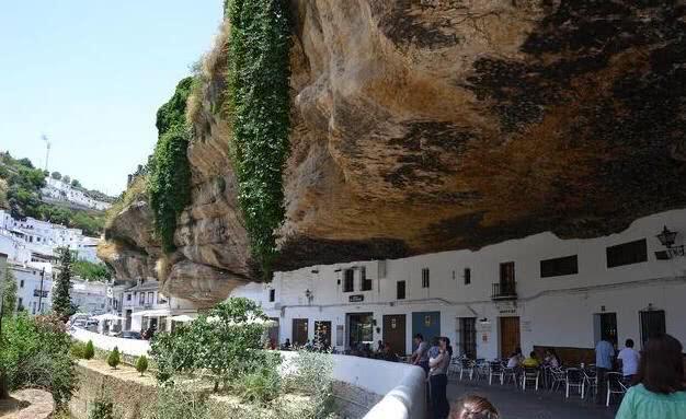 [新聞] 旅遊|巨石下的神奇小鎮,場面令人震撼,現已有600年的歷史