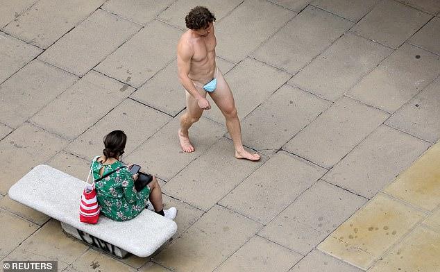 [小鮮肉版] 裸露的臉頰!赤裸的男人在繁忙的牛津街上赤裸著, 只穿了丁字褲